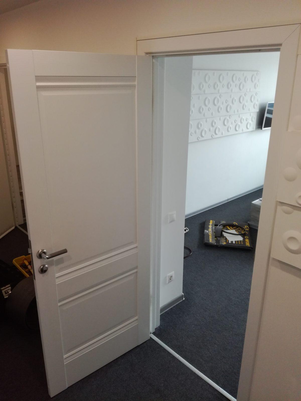 Обивка деревянных дверей в отеле с применением автомобильной шумоизоляции